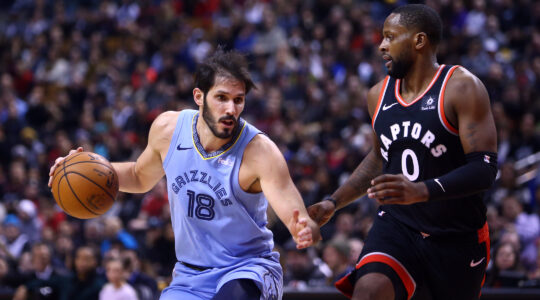 Omri Casspi, left, playing for the Memphis Grizzlies in 2019. (Vaughn Ridley/Getty Images)