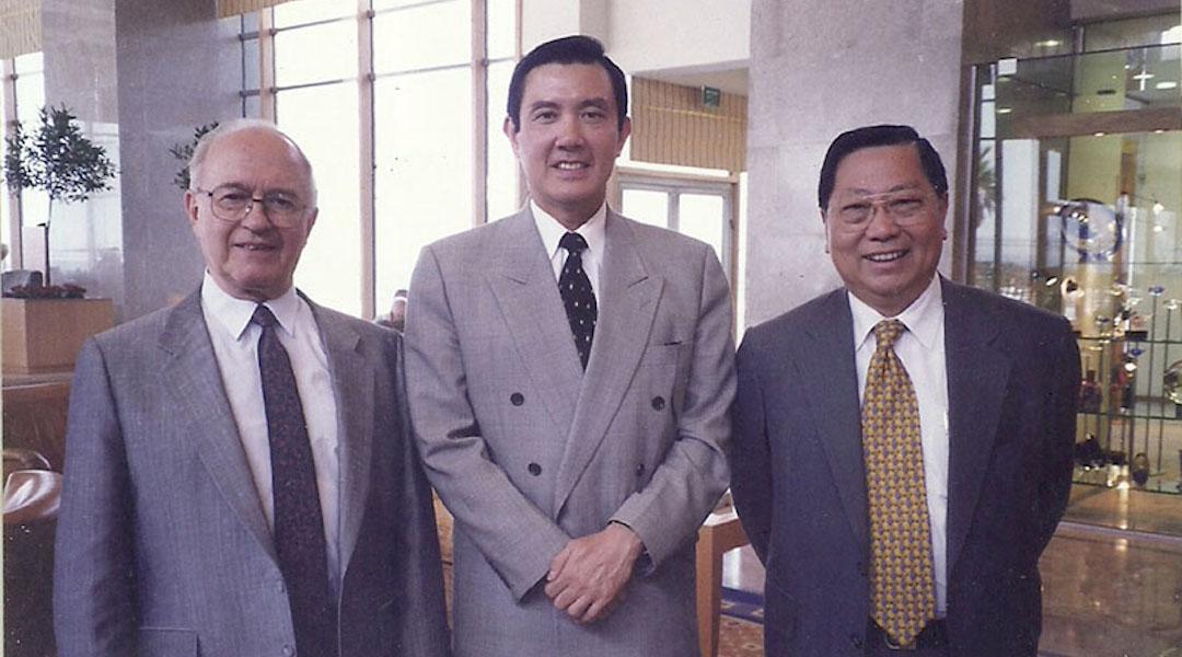 Ephraim Einhorn poses with Taiwanese officials
